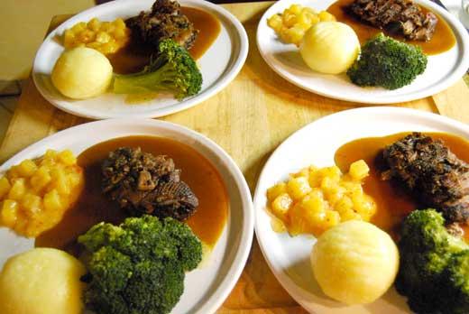 Gänsebrust mit Kartoffelklößen, Broccoli und Ananas-Chutney