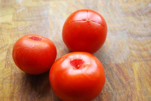 Tomaten zum Abziehen vorbereitet