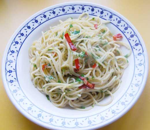 spaghetti essen mit löffel und gabel