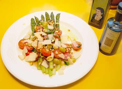 Spargelsalat von grünem Spargel mit Tomatenvariationen und Pinienkernen