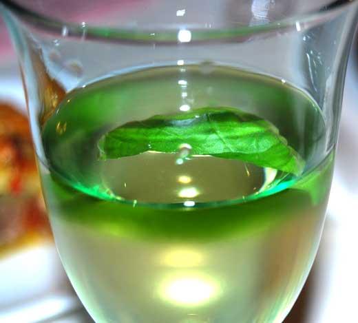 Wei0wein mit Basilikum