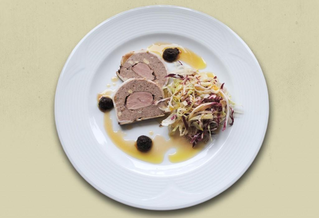 Rustikale Gänselebergalantine mit Entenbrust, Balsamicohimbeeren und Salat von Eisberg und Radicchio mit Johannisbeeressi-Honig-Dressing