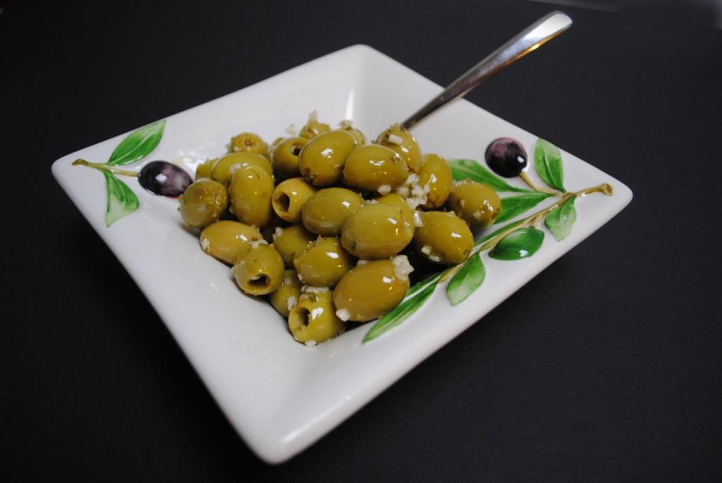 Manzanilla-Oliven mit Olivenöl und Knoblauch