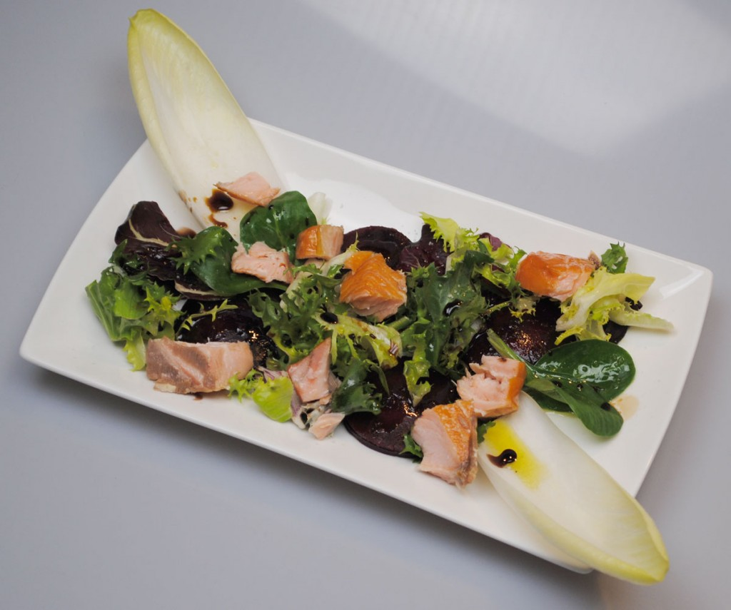 Rote-Bete-Ravioli mit winterlichen Blattsalaten, Olio Novello, Himbeer-Vincotto, Balsamico und Stremel-Lachs