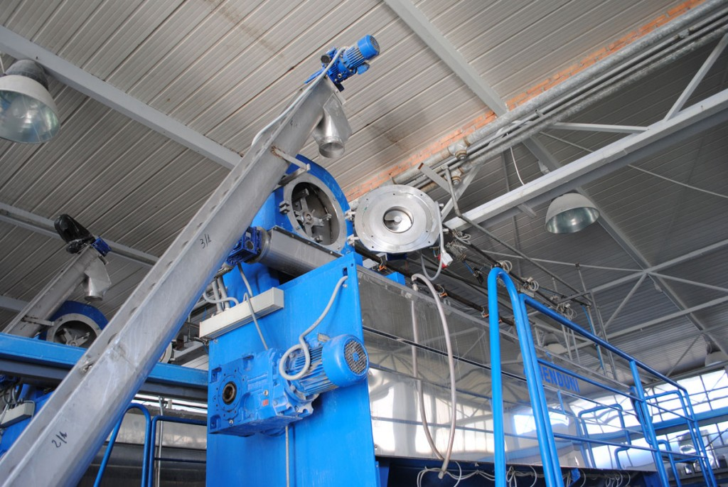 Olivenölmühle mit Metallmessern zum Zerkleinern der Oliven.