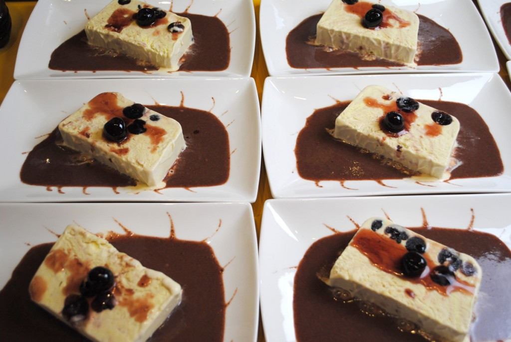 Vanilleparfait mit Amarenakirschen auf Lebkuchensauce