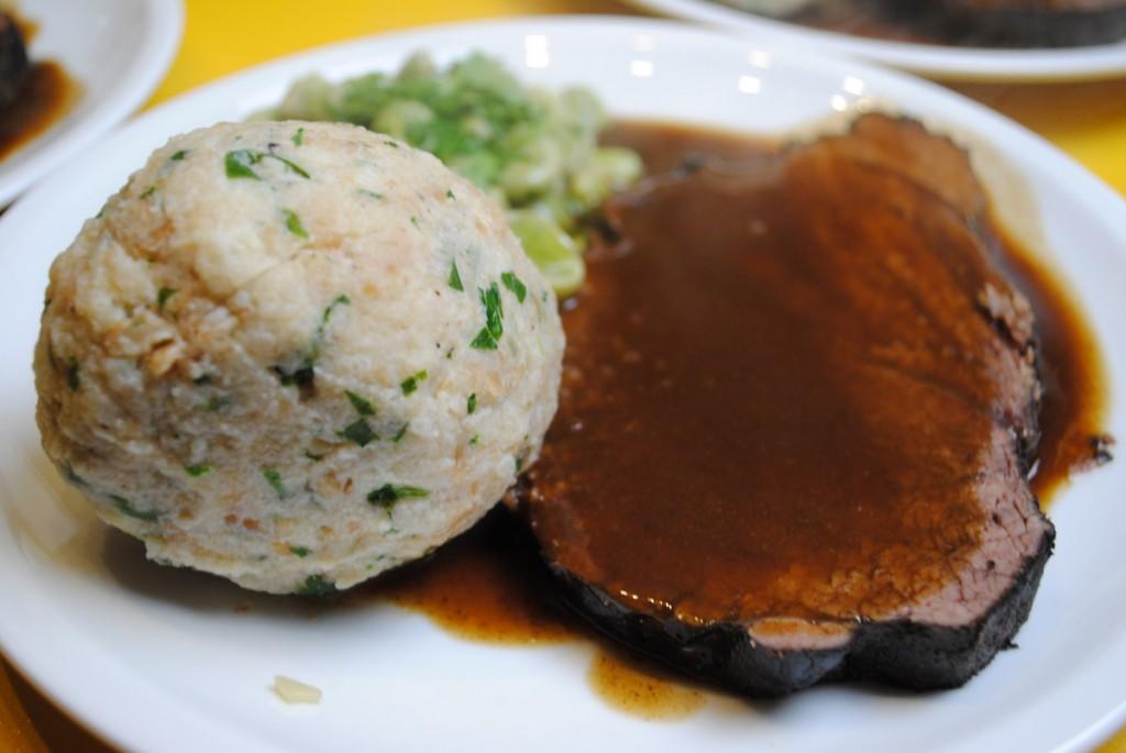 Rinderbraten in Rotweinsauce mit Semmelknödel und Dicken Bohnen