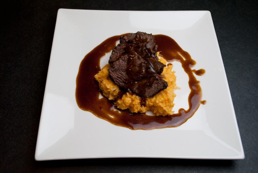Rinderbacke auf Süßkartoffel-Pastinkanstampf mit Rotweinjus