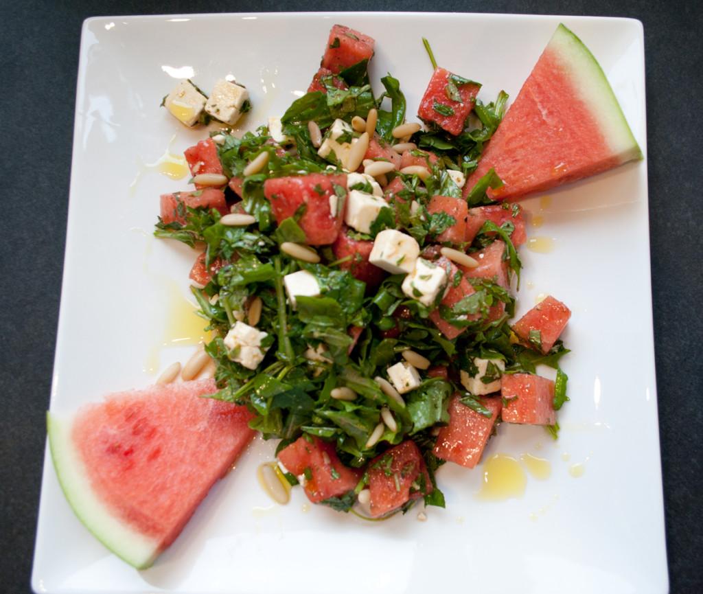 Griechischer Sommersalat mit Wassermelone, Feta, Rauke und Kräutern