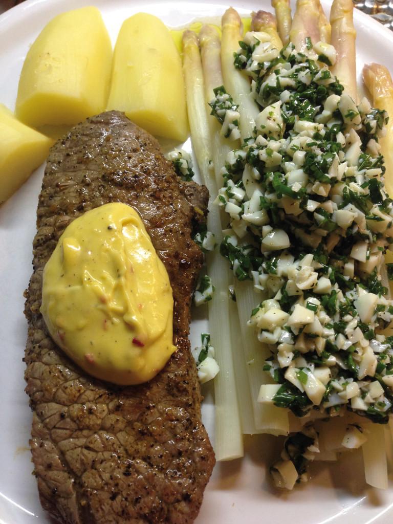 Rumpsteak mit Spargel und Vinaigrette, neue Kartoffeln und Aioli