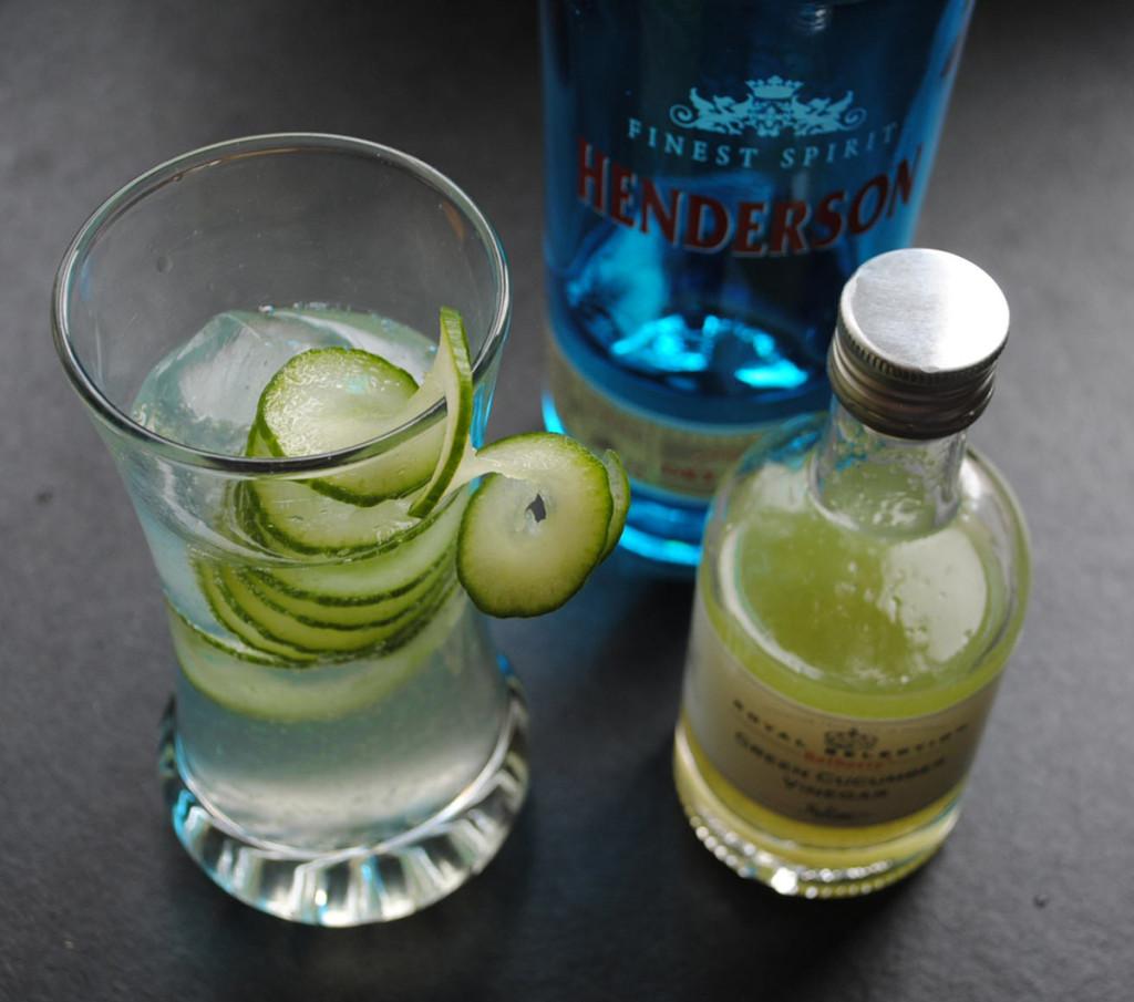 Cocktail mit Gurkenessig, Gin und Tonic